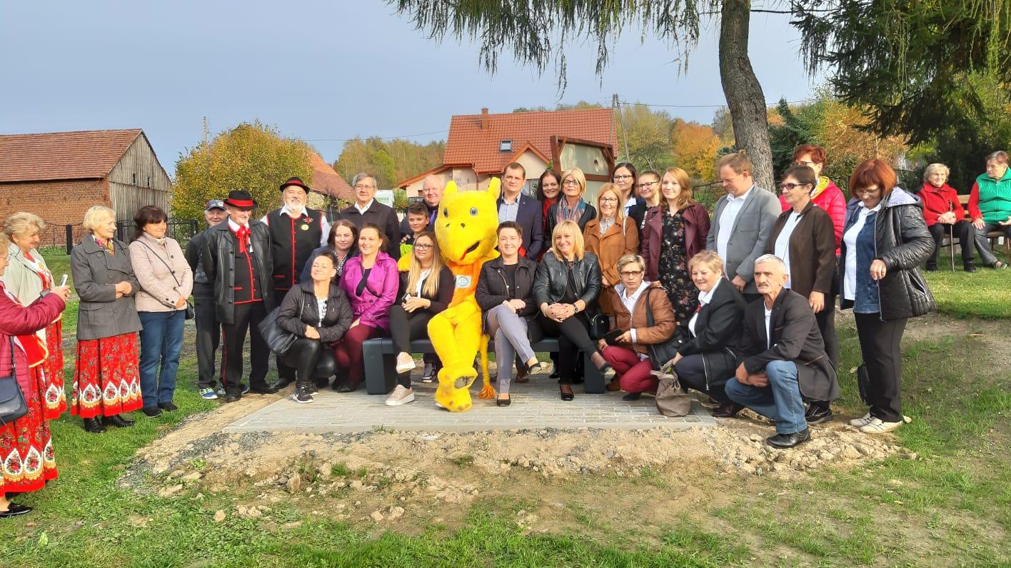 Solarna ławka XXI wieku kolejną atrakcją dla mieszkańców Proszówki