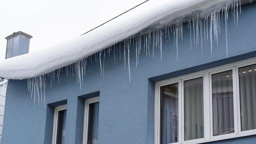 Przypomnienie o konieczności odśnieżania dachów i usuwania lodowych sopli