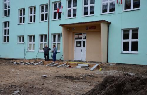Nowy plac przed szkołą