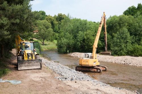Prace nad zabezpieczeniem brzegu rzeki Kwisy