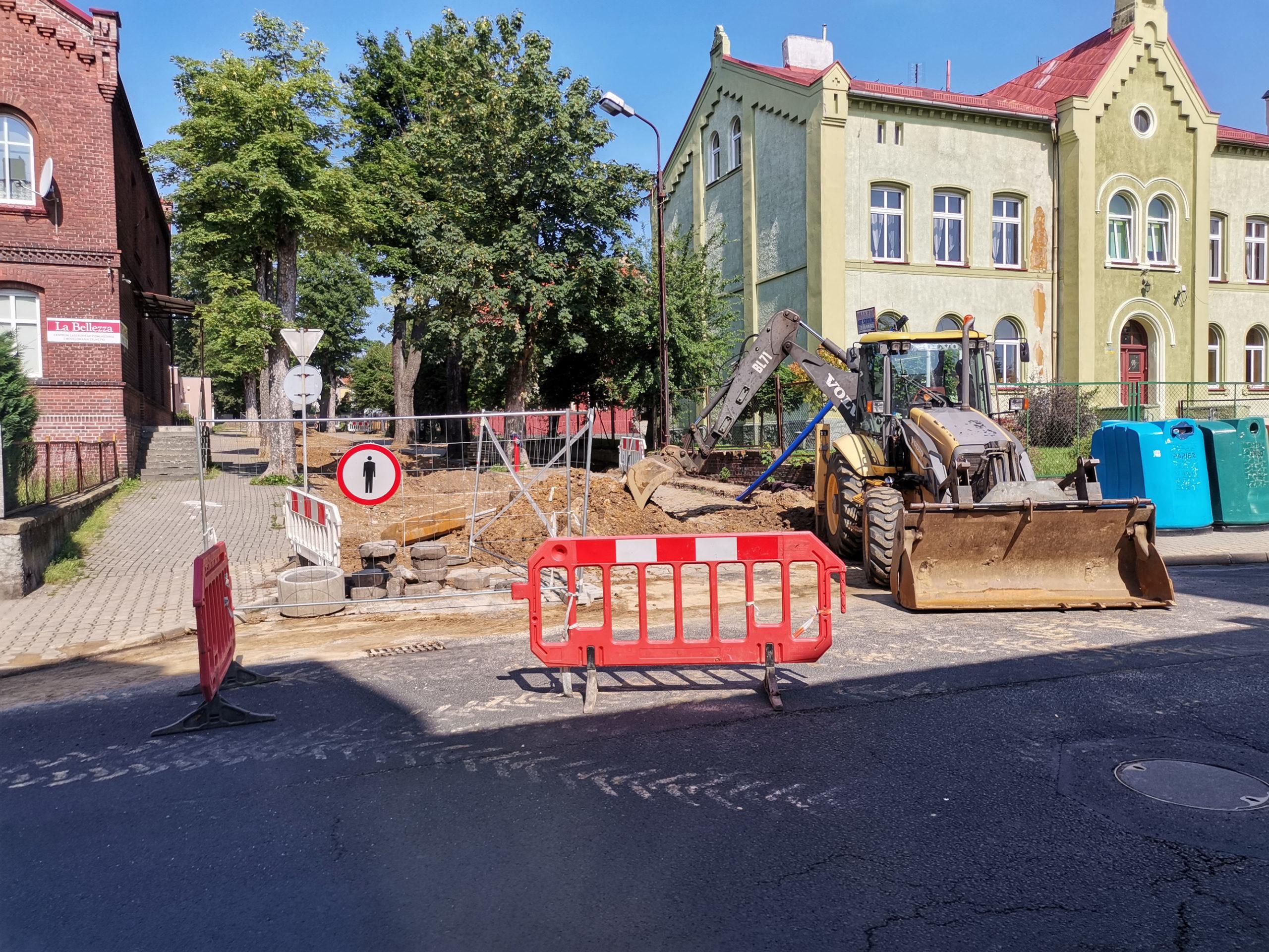 Zaczęły się prace związane z  przebudową kanalizacji sanitarnej i wodociągowej ulicy Lipowej w Gryfowie Śląskim.